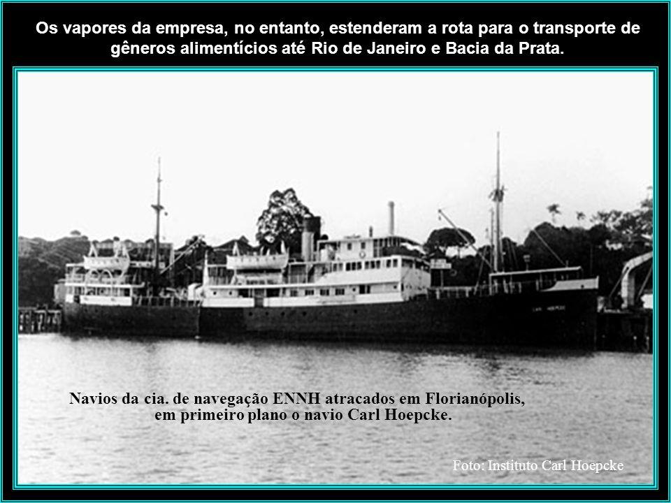 Rita Maria - Vendo navios do Hoepcke no cais - anos de 1920 A Cia. de Navegação foi criada em 1895 para estimular, em princípio, o comércio entre Flor