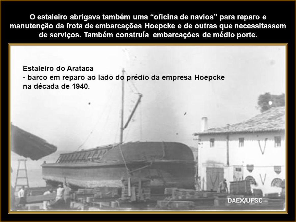 Foto: Instituto Carl Hoepcke O vapor Anna puxado no Estaleiro Arataca. Localizava-se sob a cabeceira insular da Ponte Hercílio Luz, a linda ponte pêns