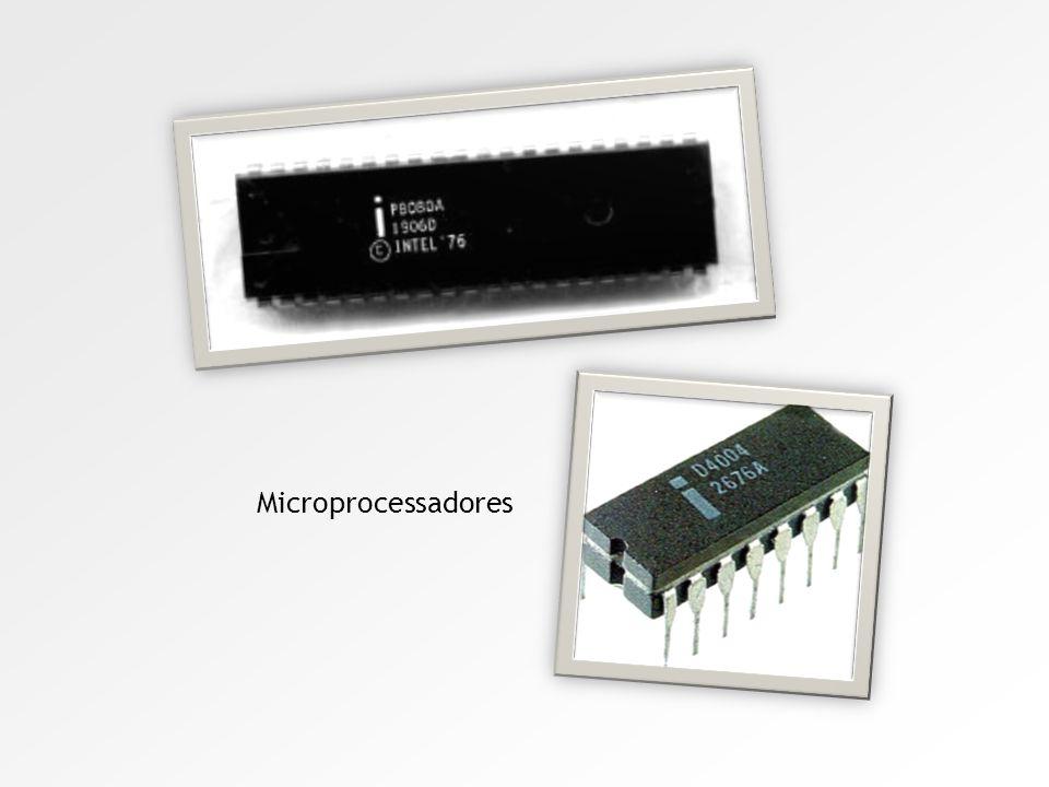 Quarta geração Em novembro de 1971, a Intel introduziu o primeiro microprocessador comercial, o 4004, inventado por três engenheiros de Intel. Primiti