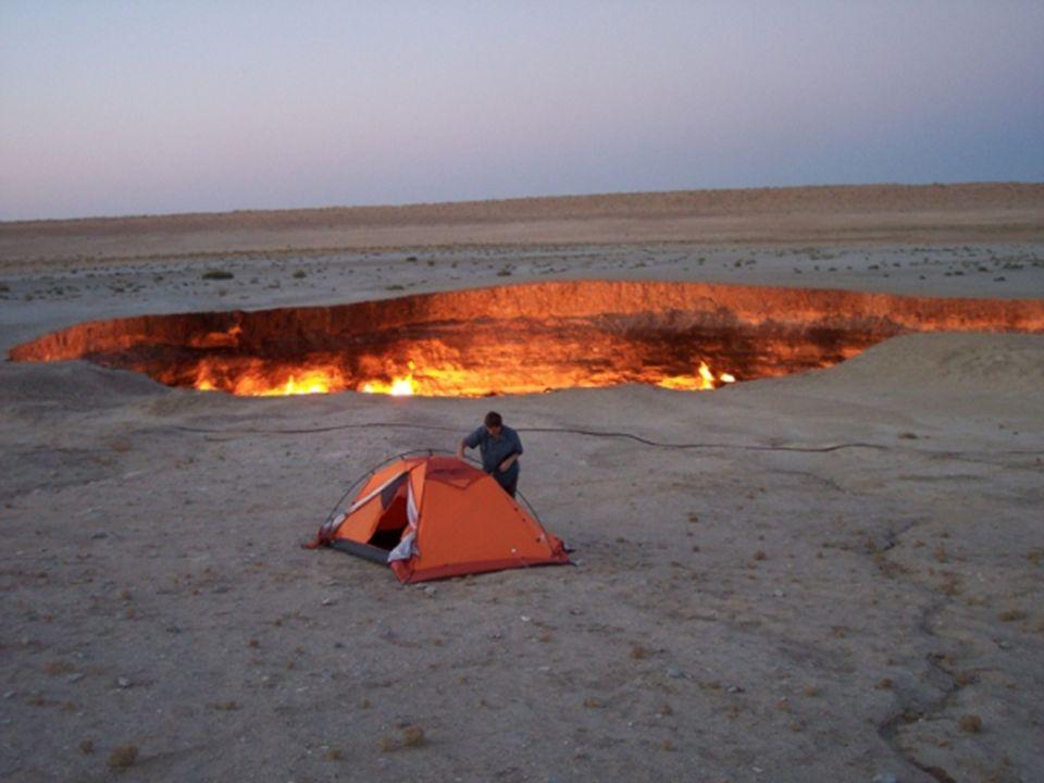 Darvaz (Entrada Para o Inferno) Lindo e assustador este imenso buraco no solo situado em Darvaz, no Turcomenistão é o resultado de uma perfuração de g