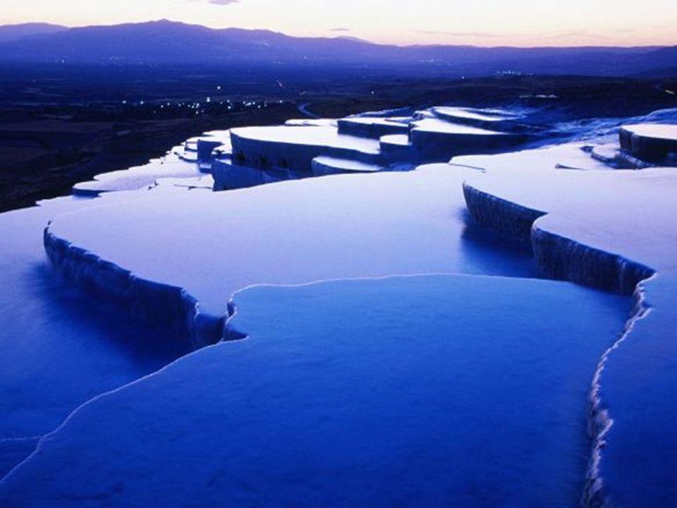 Pamukkale Pamukkale (castelo de algodão, em turco) é um conjunto de piscinas termais de origem calcária que com o passar dos séculos formaram bacias g