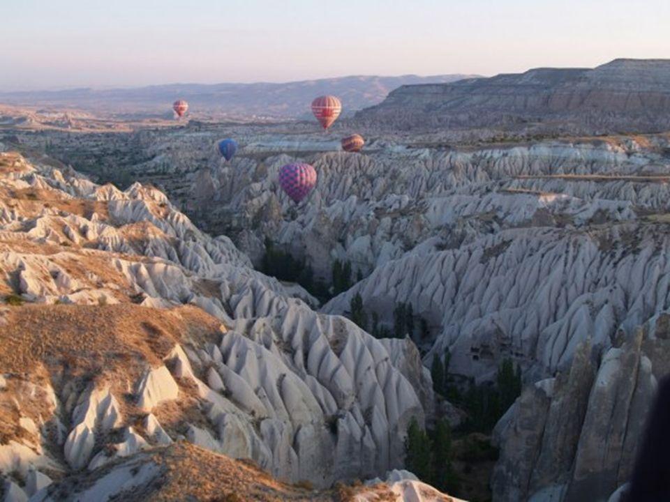 Capadocia – Turquia Capadócia – uma das regiões mais impressionantes do planeta, repleta de formações vulcânicas espetaculares que brotam do meio do d
