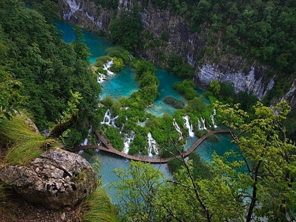 Plitvice Lakes – Um lugar tão bonito que nem parece a Terra Plitvice Lakes fica na Croácia e é um parque nacional formado por cerca de 16 lagos e deze