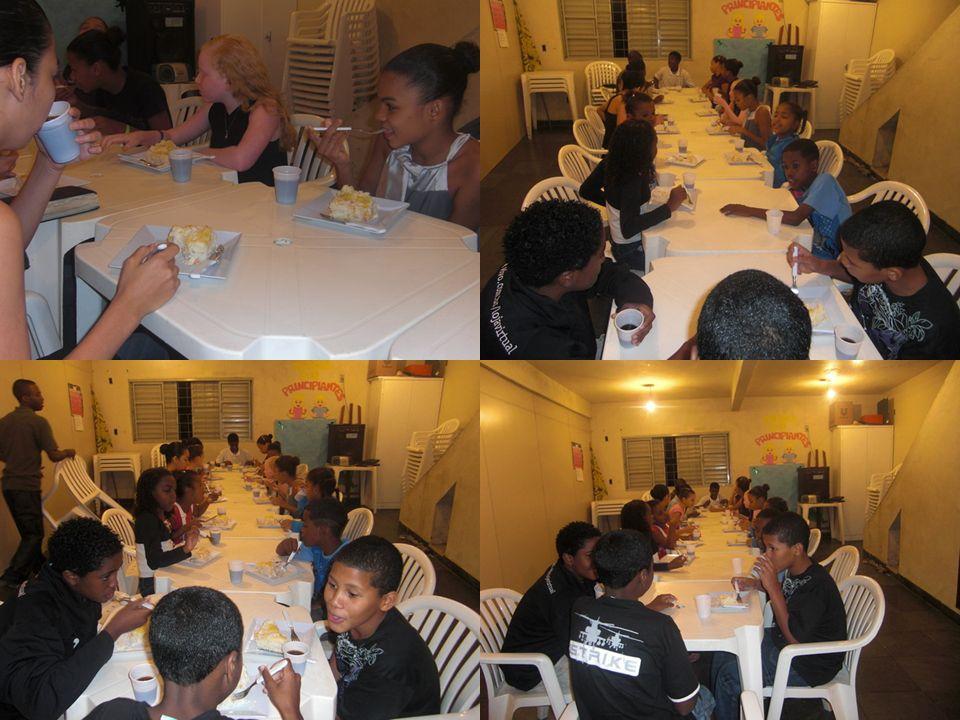 No meado de Julho, Eliude reuniu as crianças para ensaiar um musical para ser apresentado no domingo do dia dos pais.