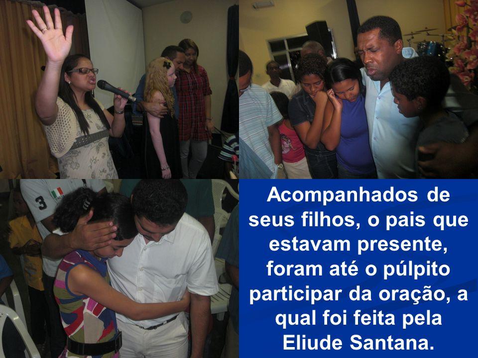 Acompanhados de seus filhos, o pais que estavam presente, foram até o púlpito participar da oração, a qual foi feita pela Eliude Santana.