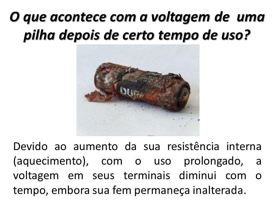 O que acontece com a voltagem de uma pilha depois de certo tempo de uso? Devido ao aumento da sua resistência interna (aquecimento), com o uso prolong