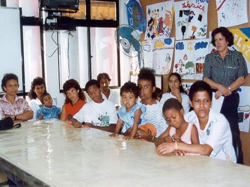 Alguns assuntos abordados Saúde e higiene bucal - filme e distribuição de kits de higiene Lixo: acondicionamento, reciclagem e limpeza - filme e teatro Cartão de vacinação: conferência, avaliação e orientação Verminose Vacinação Planejamento familiar