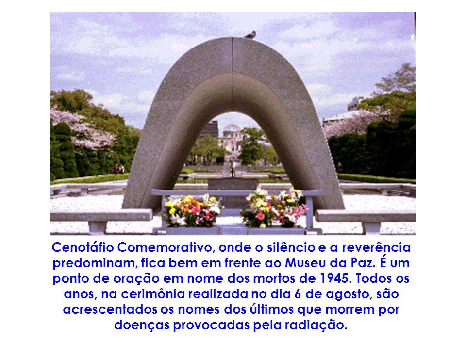 Cenotáfio Comemorativo, onde o silêncio e a reverência predominam, fica bem em frente ao Museu da Paz.