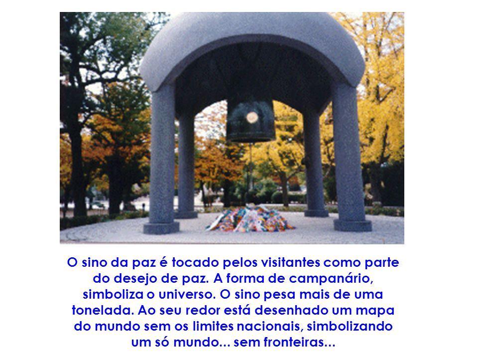 O sino da paz é tocado pelos visitantes como parte do desejo de paz.