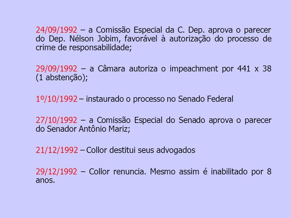O outro lado da história Fonte: www.midiaindependente.org -O fator pessoal: extrema arrogância; -Sua candidatura era a única saída para evitar a eleição de Lula: não fez nenhuma concessão aos partidos tradicionais ao montar seu ministério; -Fechou diversas empresas estatais na canetada; -Recusou-se a aumentar as aposentadorias corroídas em 147 % pela hiperinflação, conforme exigia a CUT e o PT; -Extinguiu o SNI, encerrou o projeto nuclear-militar e limitou ao máximo o orçamento das forças armadas; -Abriu a economia aos investidores internacionais, impondo às empresas aqui instaladas – mal acostumadas à proteção estatal e lucrar com a inflação, e cujos donos haviam patrocinado a eleição – a necessidade de enfrentar, em condições desfavoráveis, os competidores da economia globalizada; -Tinha a intenção de comprar a falida Rede Manchete, para montar uma gigantesca rede de telecomunicações e desbancara hegemonia da Rede Globo (que havia apadrinhado sua chegada ao poder...)