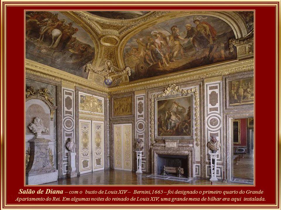 Salão de Vênus – Na parede em frente à das janelas, há um nicho que protege uma escultura representando o jovem Louis XIV. Este salão era usado para d