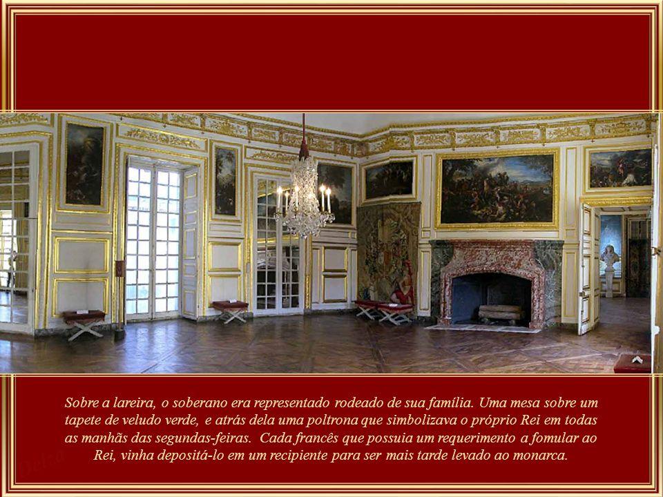 Galeria das Batalhas - se a galeria de 120 m por13 de largura se destina a representar todas as glórias e conquistas da França, seu teto também exibe