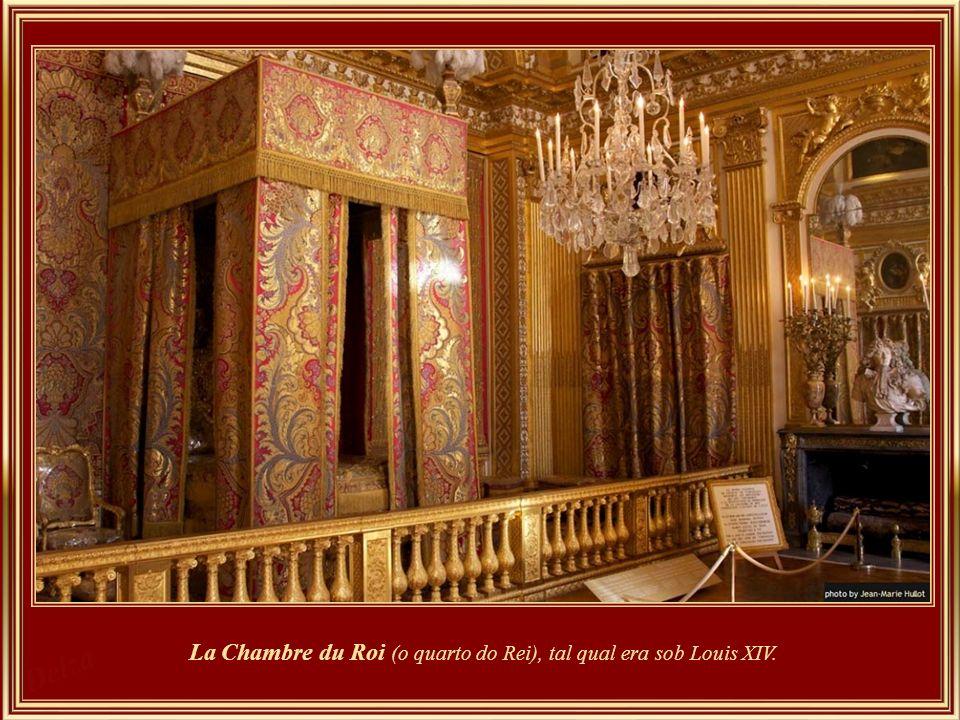 Sobre a lareira, o soberano era representado rodeado de sua família. Uma mesa sobre um tapete de veludo verde, e atrás dela uma poltrona que simboliza
