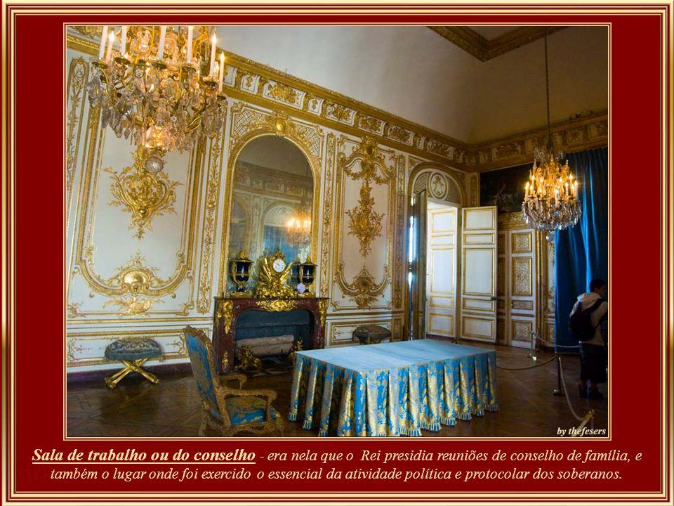 Aposento dos cães - o nome desta sala nos leva a deduzir que também Louis XV permitia que seus cães de caça favoritos dormissem aqui.
