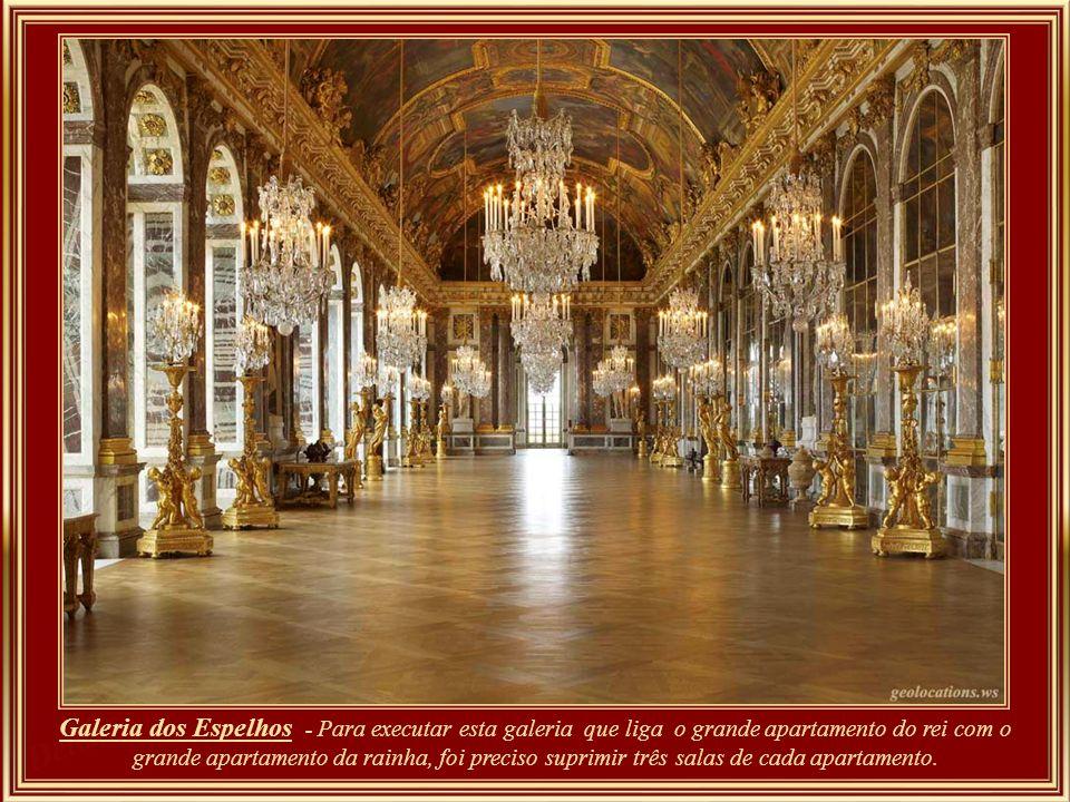 Mesa de trabalho de Louis XV em madeira nobre e bronze, com 1,92m de comprimento.