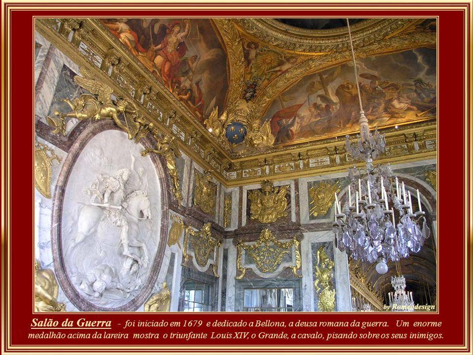 Galeria dos Espelhos - salão com 73m de comprimento, 12,30m de altura, e iluminada por setenta janelas que têm à sua frente espelhos que refletem a vi