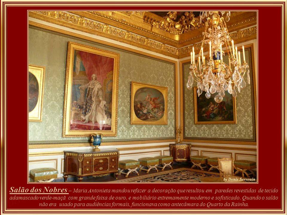 Salão do Grand Couvert - Louis XIV e a rainha jantavam todos os dias às 22 horas. À mesa, somente os soberanos, seus filhos e netos. Na mesma sala, um