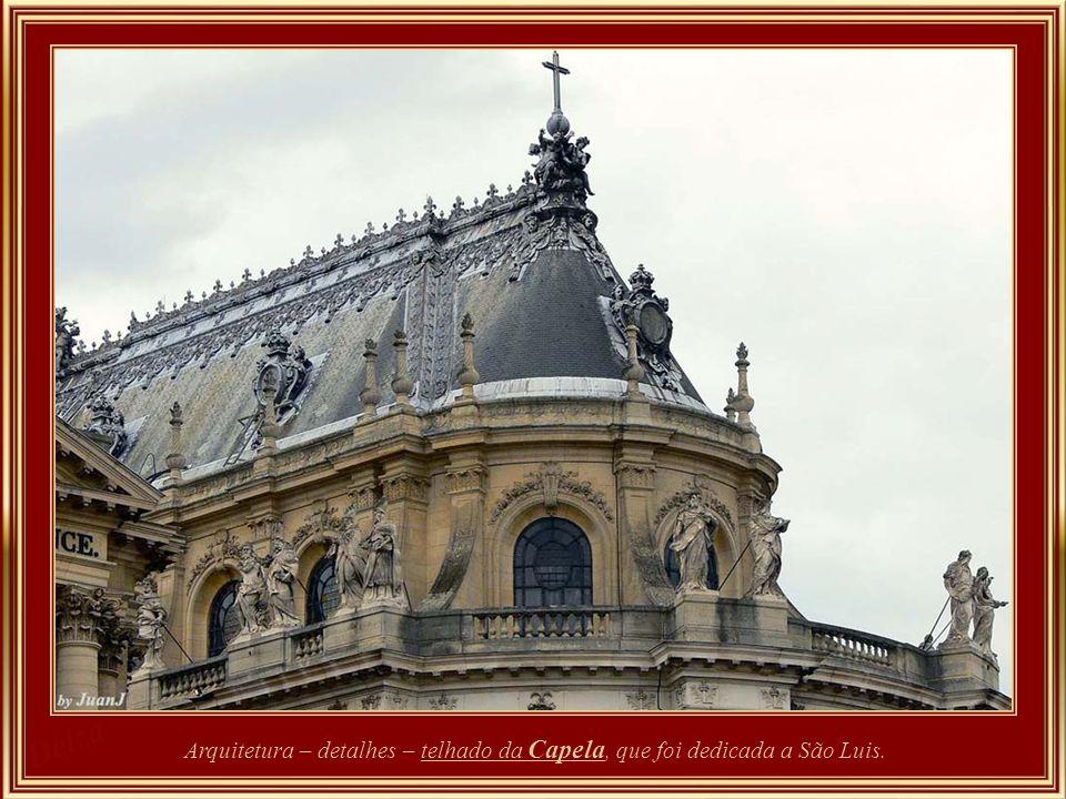 Salão dos Nobres – Maria Antonieta mandou refazer a decoração que resultou em paredes revestidas de tecido adamascado verde-maçã com grande faixa de o