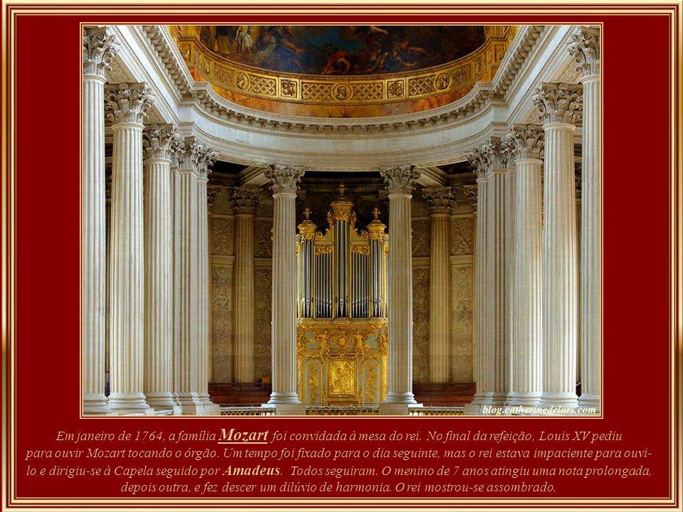 Interior da Capela do Palácio - t oda branca e dourada, de estilo barroco; nela Luís XVI se casou com Maria Antonieta em 1770, quando os dois ainda er