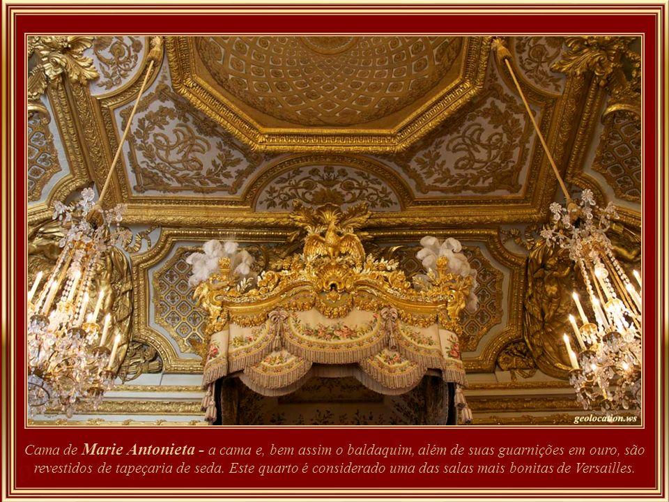 O Quarto da Rainha recebeu decoração com as armas da França e da Áustria para arrematar os cantos, especialmente para Marie Antoinette. O tecido atual