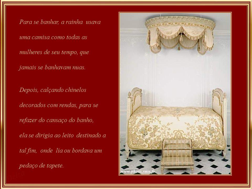 Cama de Marie Antonieta - a cama e, bem assim o baldaquim, além de suas guarnições em ouro, são revestidos de tapeçaria de seda. Este quarto é conside