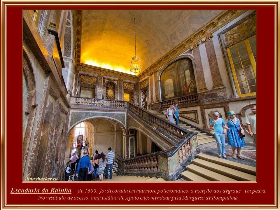 Gabinete da Baixela de Ouro – além de servir de sala de música, abrigou parte das coleções de Louis XIV; para Louis XV servia de local de exposição de
