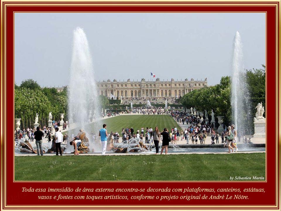 Palácio de Versailles - 350 anos de história, 67.000 m 2 de área construída, 2.153 janelas, 700 quartos, 67 escadas, 6.123 quadros, 1.500 desenhos, 15