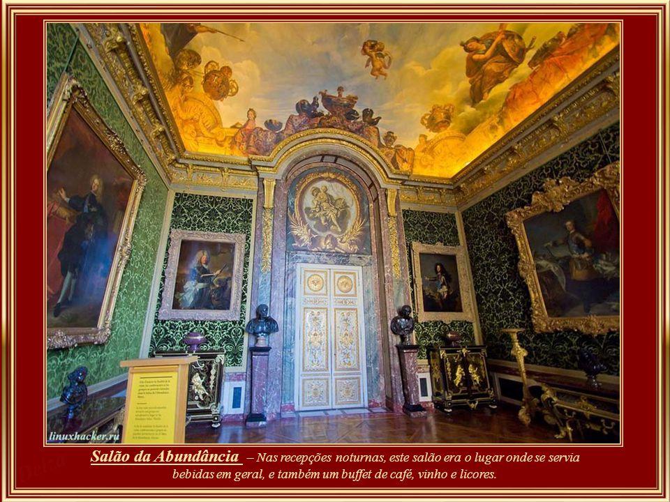 O primeiro aposento do Grande Apartamento do Rei – o Salão de Hércules, na verdade foi o último a ser instituído por Louis XIV. Só em 1730, após finda