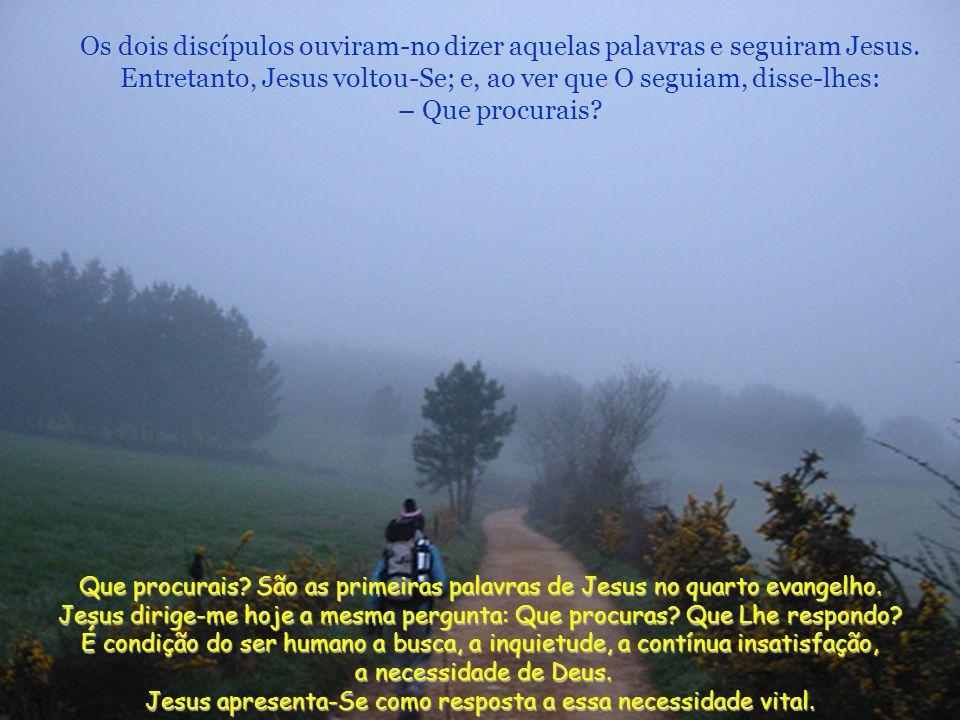 Naquele tempo, estava João Baptista com dois dos seus discípulos e, vendo Jesus que passava, disse: – Eis o Cordeiro de Deus. João comunica a sua mara