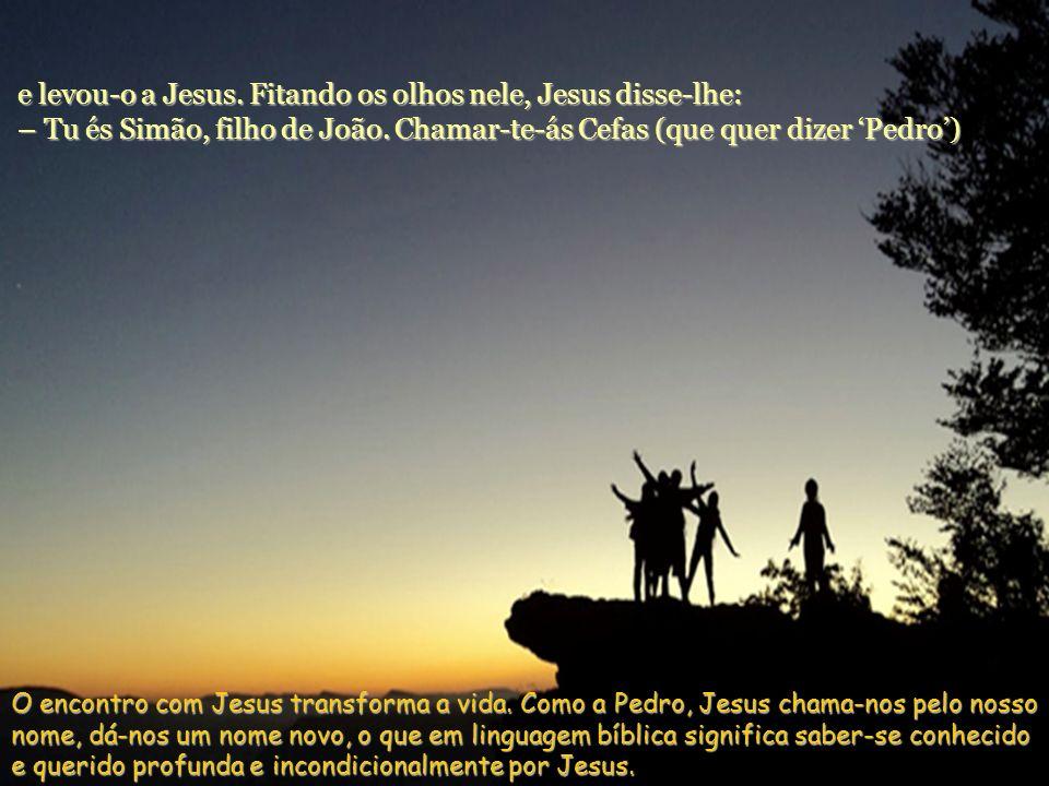 André, irmão de Simão Pedro, foi um dos que ouviram João e seguiram Jesus. Foi procurar primeiro seu irmão Simão e disse-lhe: – Encontrámos o Messias