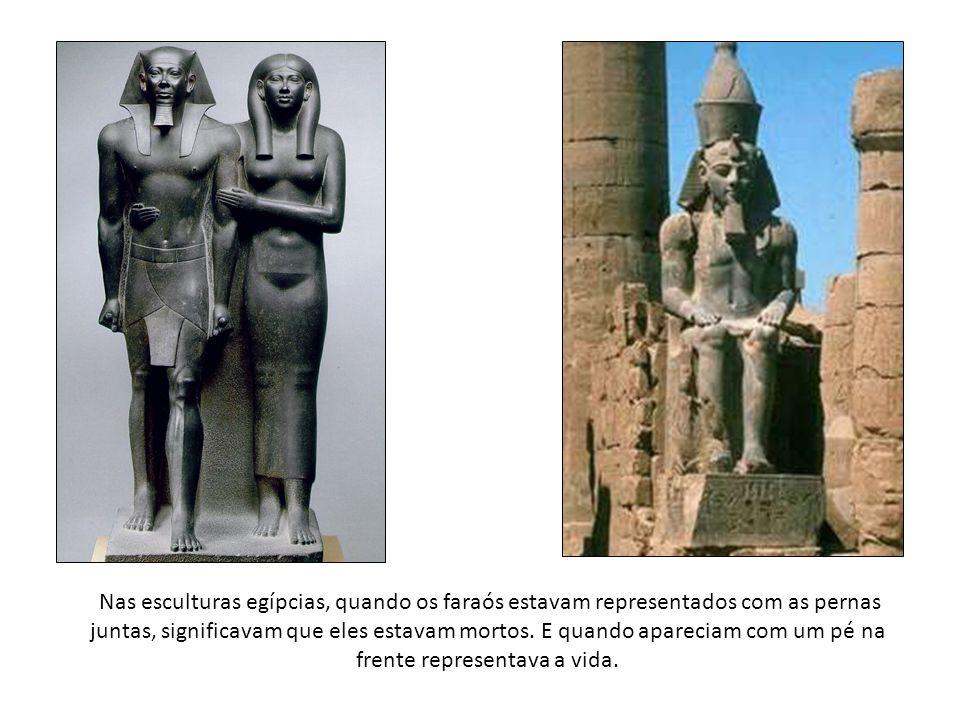 Nas esculturas egípcias, quando os faraós estavam representados com as pernas juntas, significavam que eles estavam mortos. E quando apareciam com um