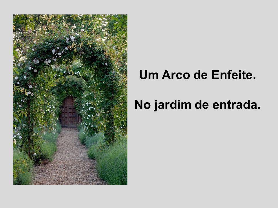 Um Arco de Enfeite. No jardim de entrada.