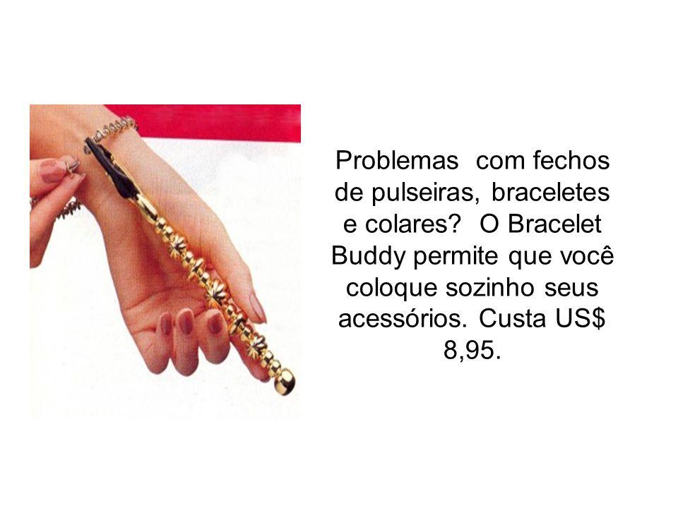 Problemas com fechos de pulseiras, braceletes e colares? O Bracelet Buddy permite que você coloque sozinho seus acessórios. Custa US$ 8,95.