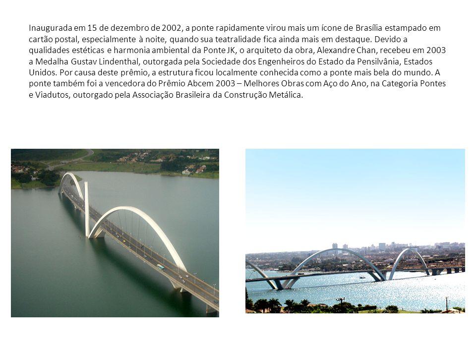 Inaugurada em 15 de dezembro de 2002, a ponte rapidamente virou mais um ícone de Brasília estampado em cartão postal, especialmente à noite, quando su