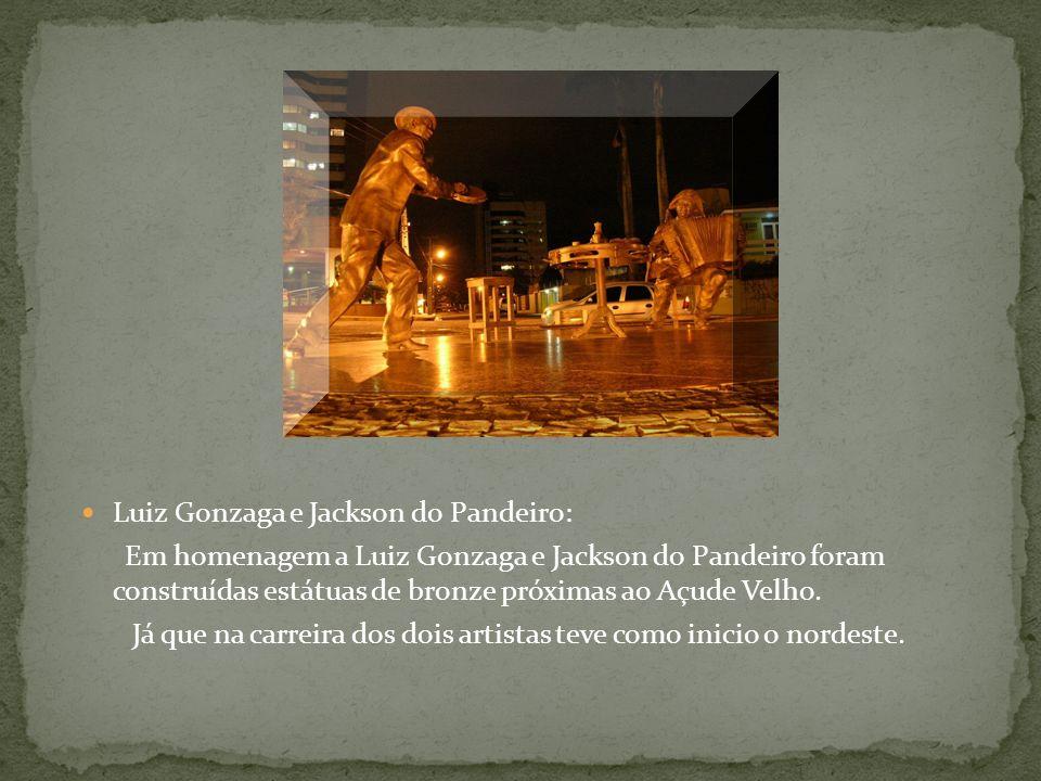 Luiz Gonzaga e Jackson do Pandeiro: Em homenagem a Luiz Gonzaga e Jackson do Pandeiro foram construídas estátuas de bronze próximas ao Açude Velho.