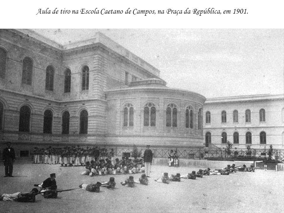 Aula de tiro na Escola Caetano de Campos, na Praça da República, em 1901.