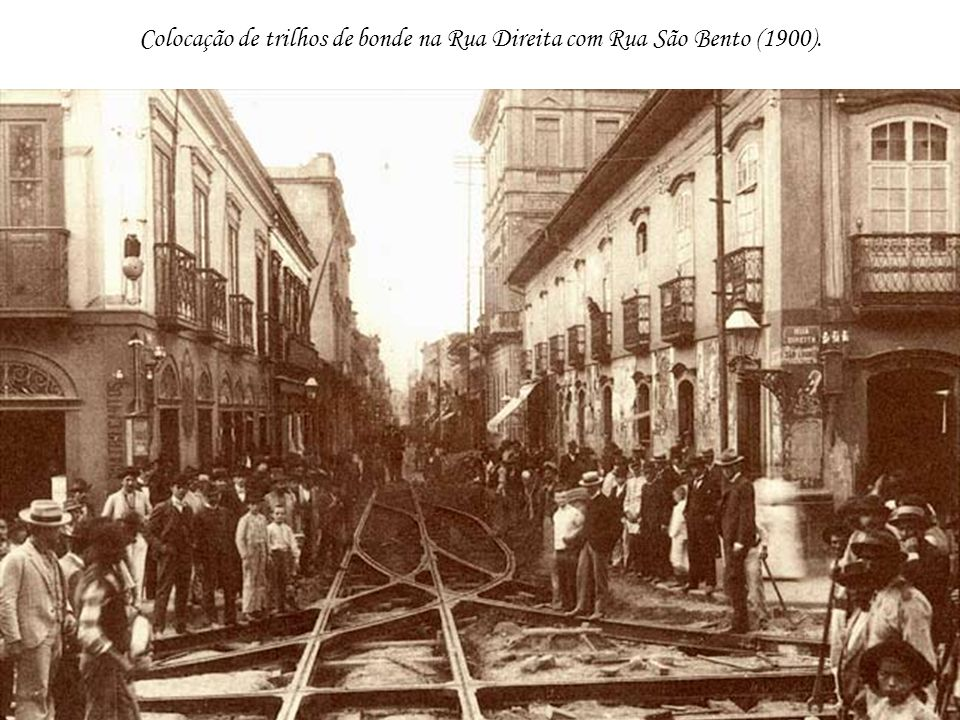 Colocação de trilhos de bonde na Rua Direita com Rua São Bento (1900).