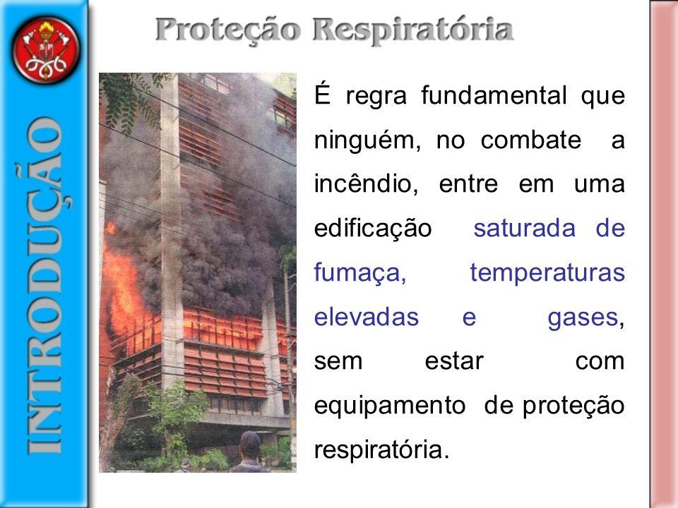 É regra fundamental que ninguém, no combate a incêndio, entre em uma edificação saturada de fumaça, temperaturas elevadas e gases, sem estar com equipamento de proteção respiratória.