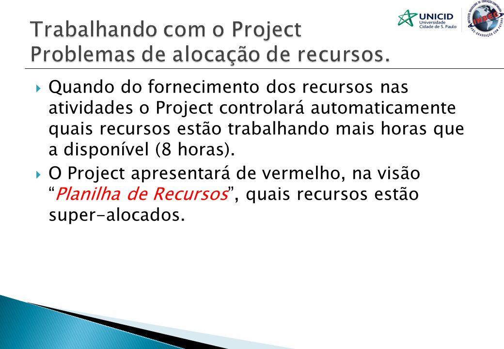 Quando do fornecimento dos recursos nas atividades o Project controlará automaticamente quais recursos estão trabalhando mais horas que a disponível (