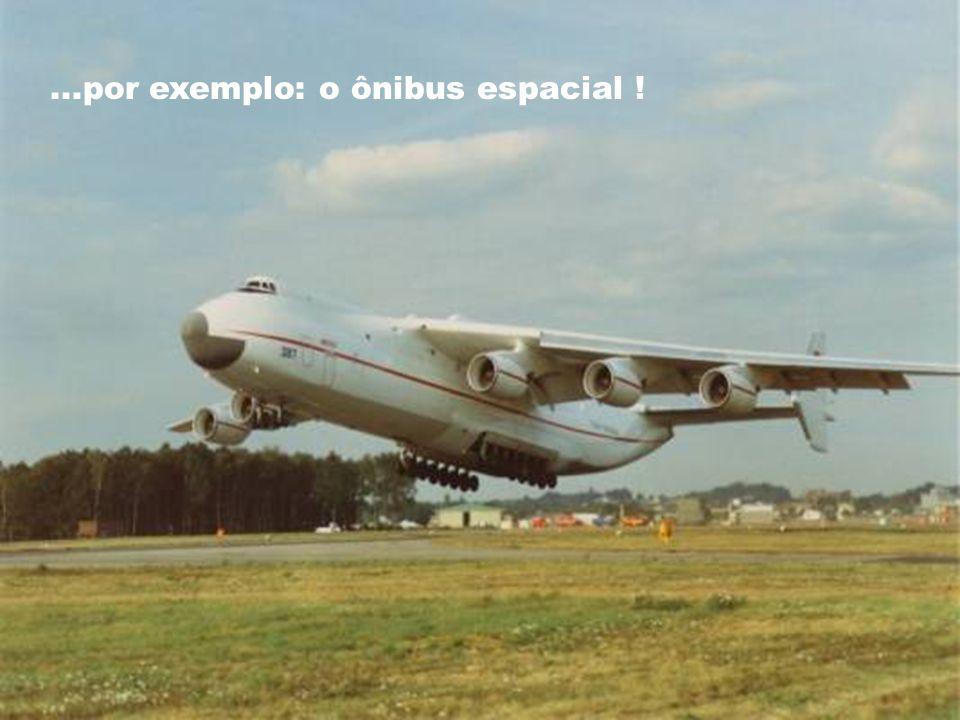 ANTONOV AN-225 É o maior avião de carga do mundo e só existem 2 deles. Ele foi desenvolvido para transportar cargas enormes e pesadas...