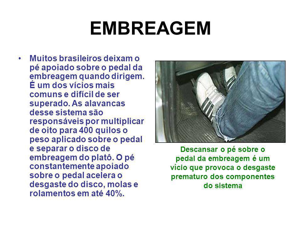 EMBREAGEM Muitos brasileiros deixam o pé apoiado sobre o pedal da embreagem quando dirigem. É um dos vícios mais comuns e difícil de ser superado. As