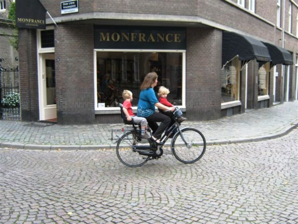 O centro da cidade é extremamente compacto, a maioria de suas ruas são para pedestres. 17