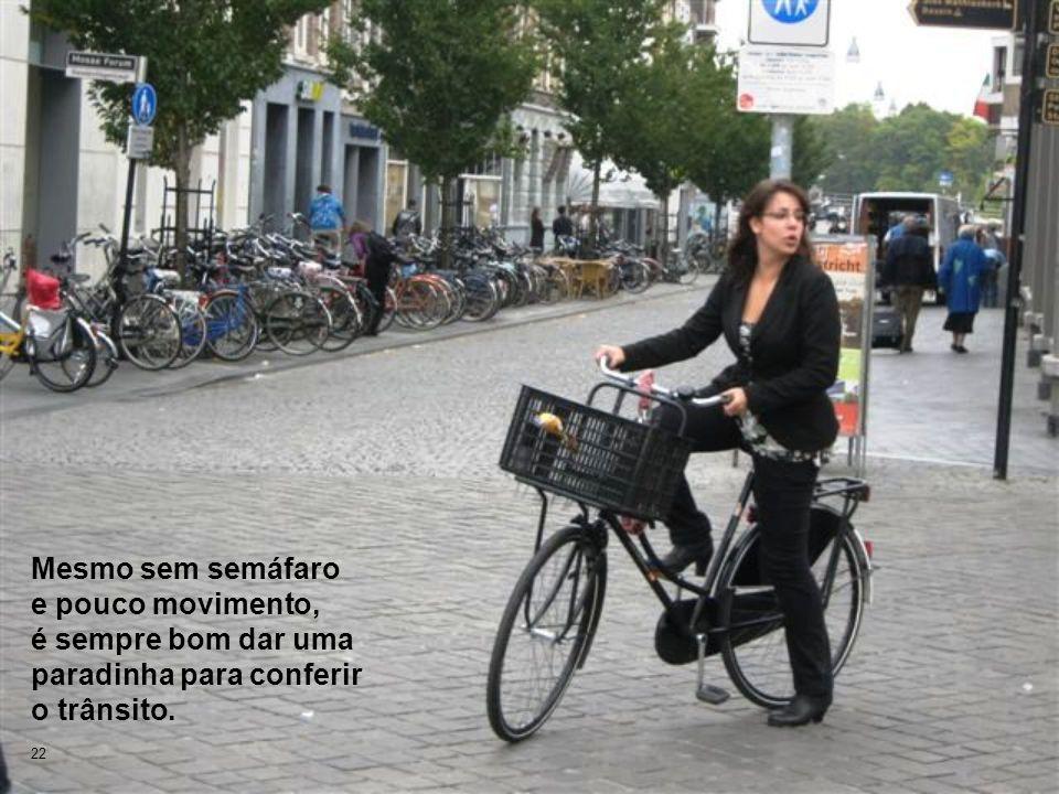 22 Mesmo sem semáfaro e pouco movimento, é sempre bom dar uma paradinha para conferir o trânsito.