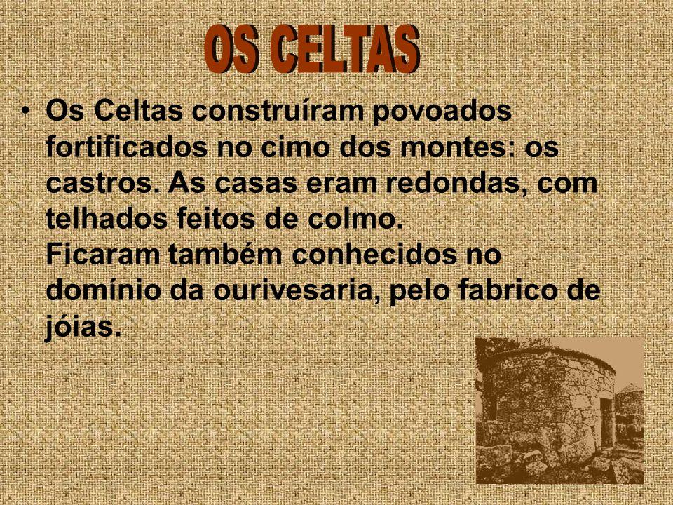 Os Celtas construíram povoados fortificados no cimo dos montes: os castros. As casas eram redondas, com telhados feitos de colmo. Ficaram também conhe