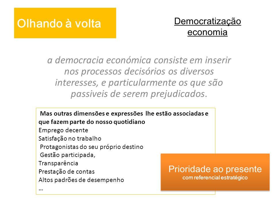Democratização economia a democracia económica consiste em inserir nos processos decisórios os diversos interesses, e particularmente os que são passi