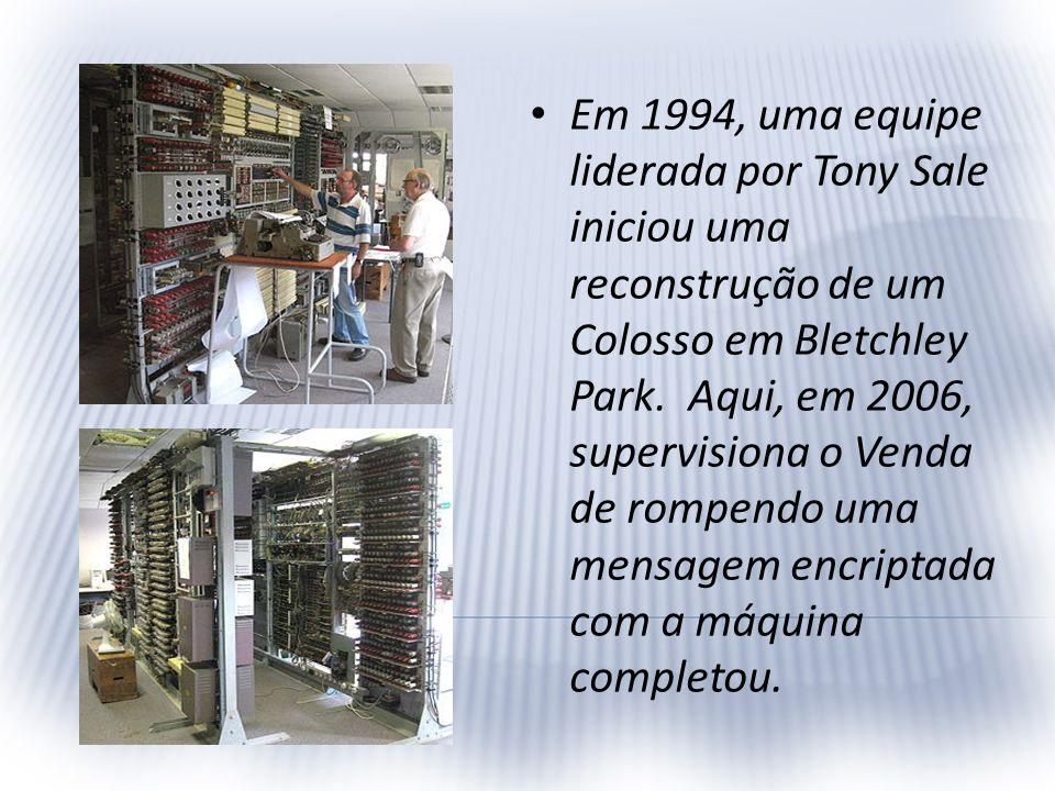 Em 1994, uma equipe liderada por Tony Sale iniciou uma reconstrução de um Colosso em Bletchley Park. Aqui, em 2006, supervisiona o Venda de rompendo u