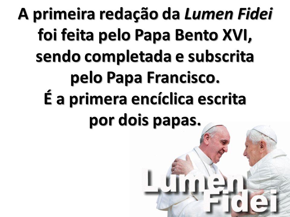 A primeira redação da Lumen Fidei foi feita pelo Papa Bento XVI, sendo completada e subscrita pelo Papa Francisco.