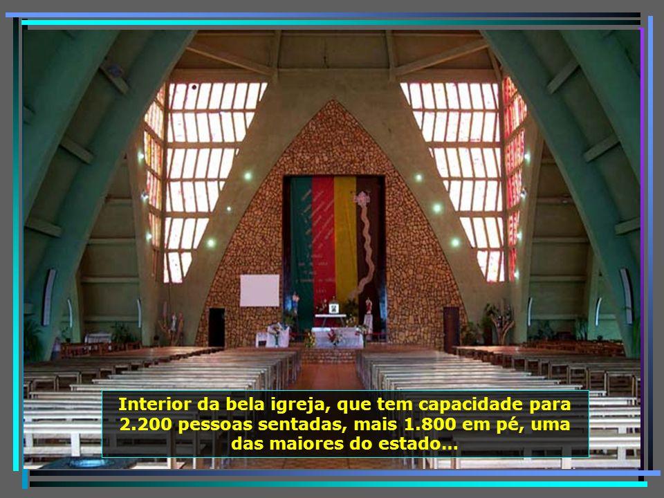 A bela Igreja Matriz N. S. Mãe dos Homens, no centro da cidade, em estilo gótico moderno, chama atenção pela arquitetura, com frentes para todos os la
