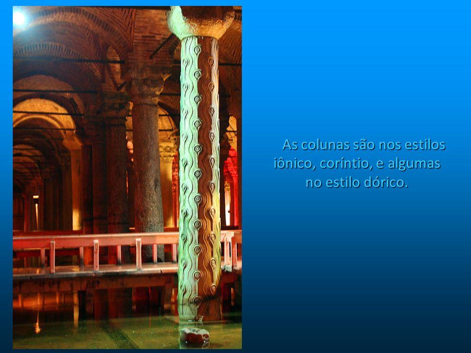 São 336 colunas de mármore, cada uma com 9 m de altura, sustentando um teto de 143m por 65m – as paredes tem 4,8m de espessura