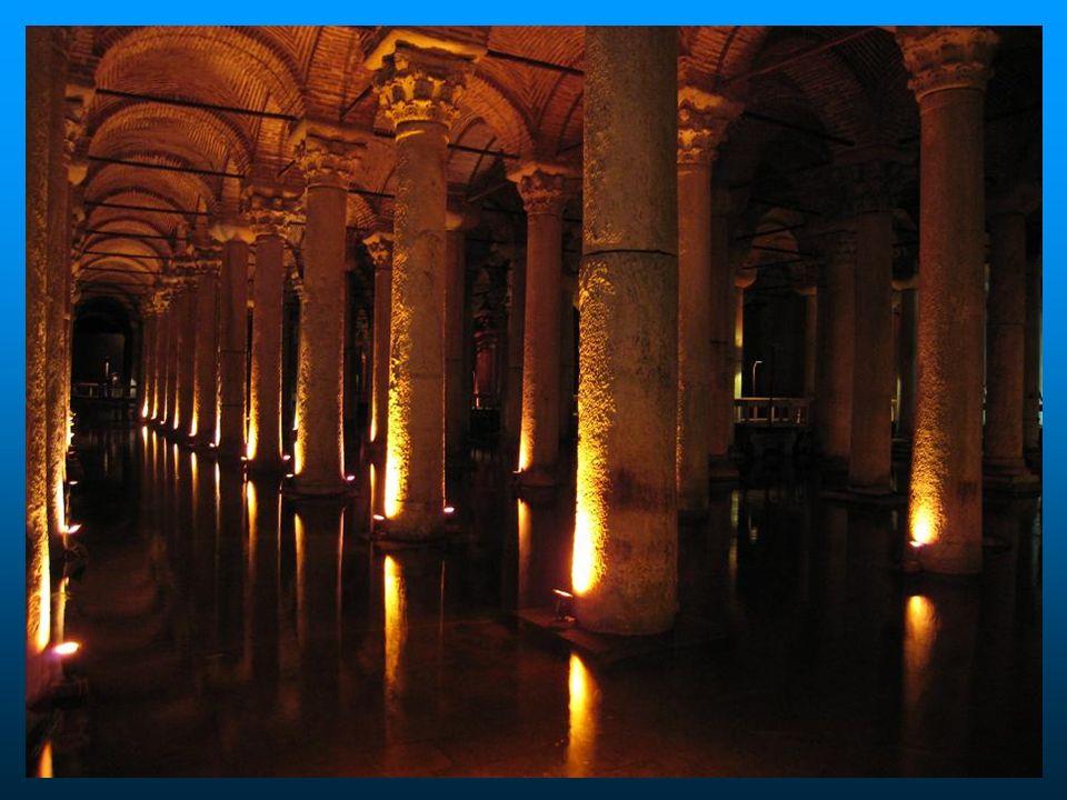 Os turistas recebem um impacto, com a visão da floresta de colunas, apesar da iluminação repousante que é mantida na cisterna.